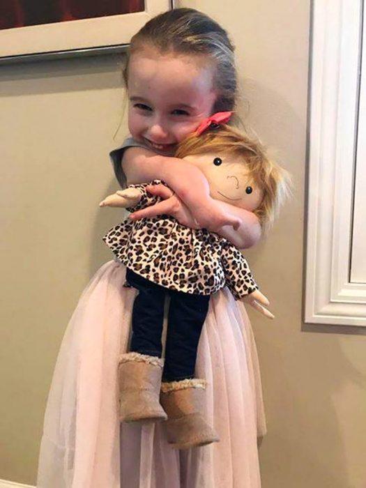niña con dos deditos y muñecas con dos deditos