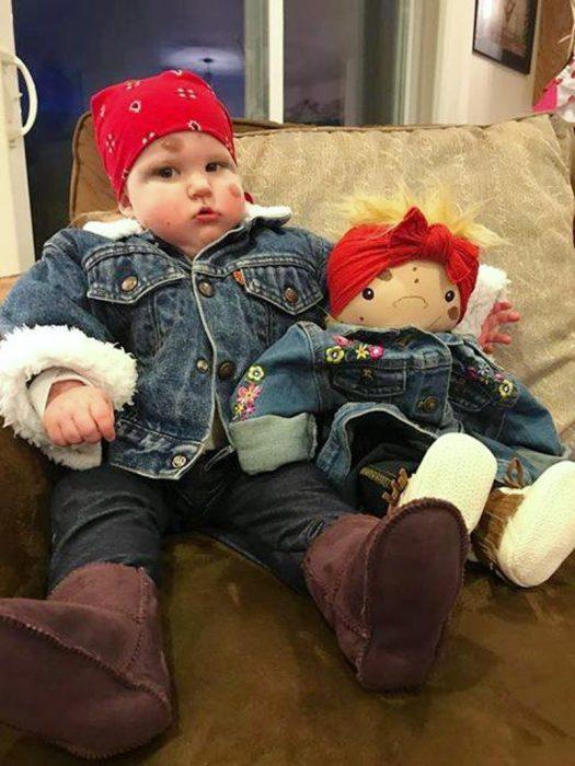 niño y muñeco igualitos