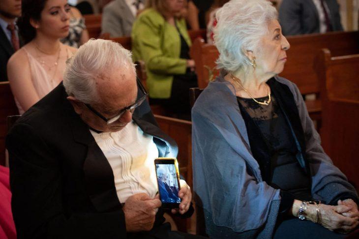 abuelito le toma fotos a su mujer