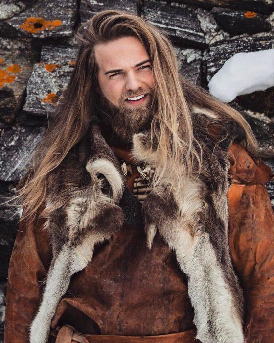 hombre rubio de pelo largo