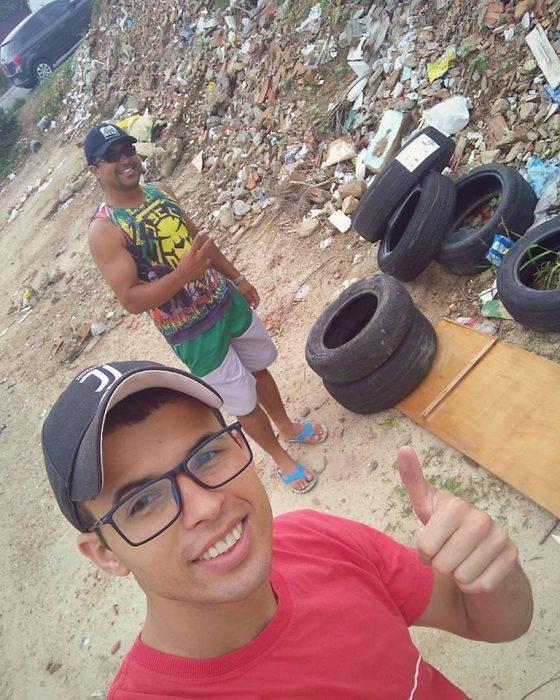 señor y joven en tiradero de basura