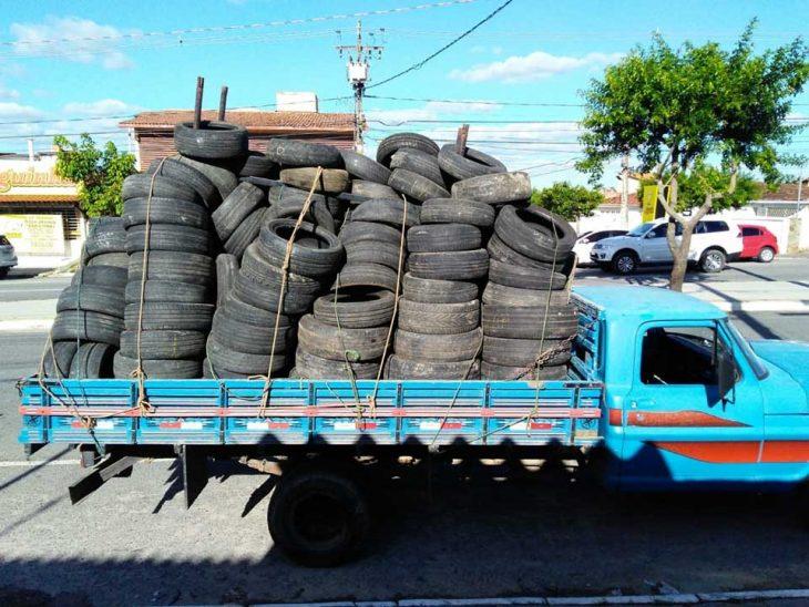 camión lleno de llantas