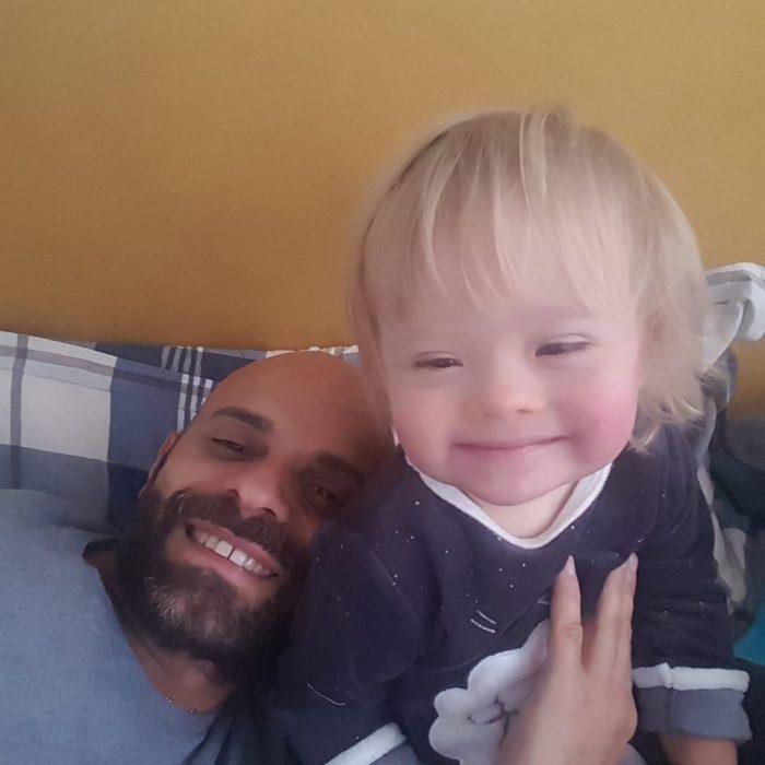 hombre con bebé feliz