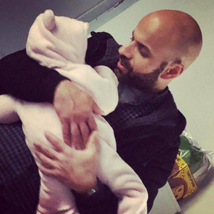 hombre cargando a bebé