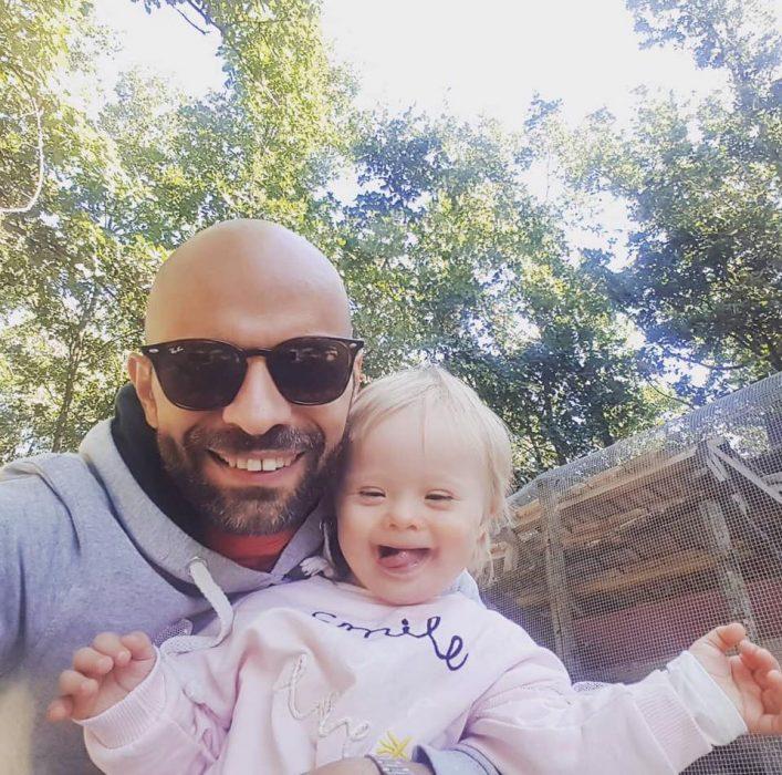 papá con lentes e hija