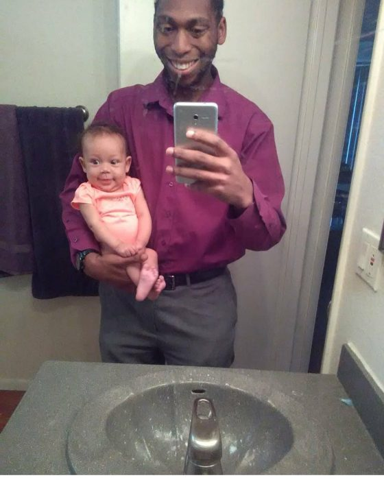 padre e hija frente al espejo