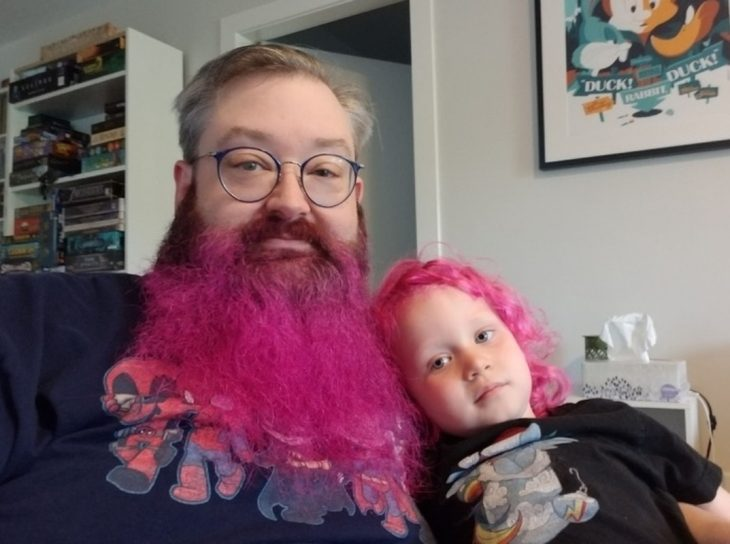 padre e hija barba y cabello rosa