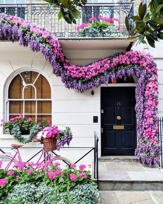 puerta con flores rosas y lavanda