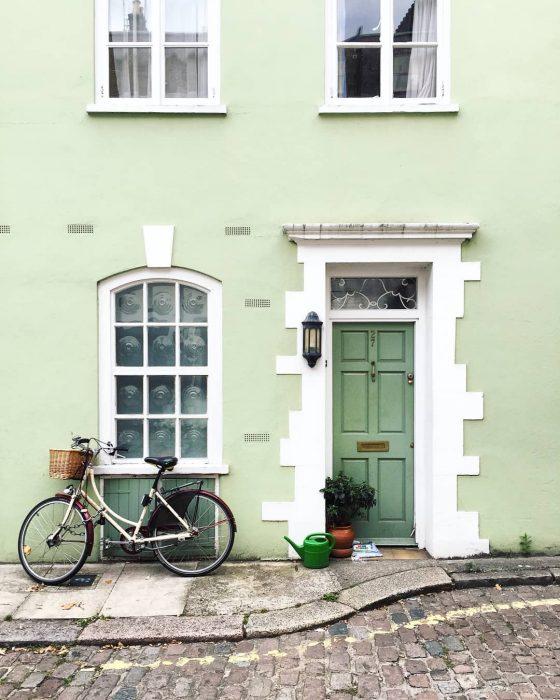 puerta verde y bicicleta