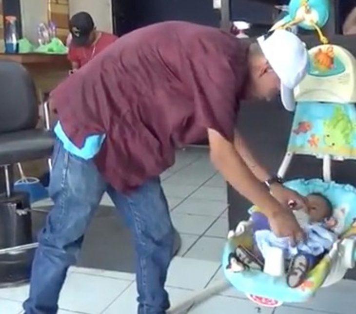 hombre con porta bebé