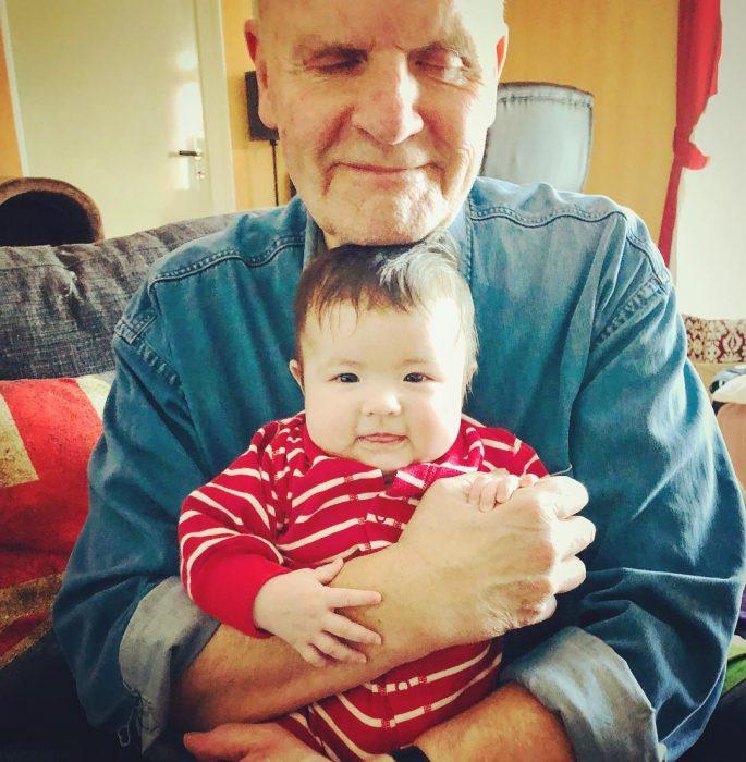 abuelito abrazando a su nieto