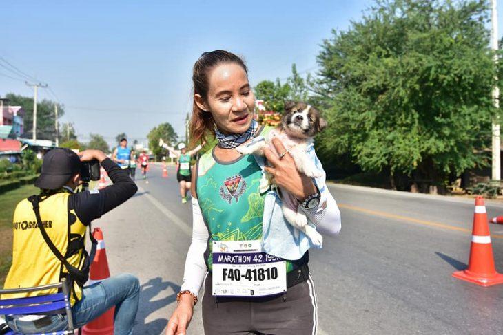 mujer cargando a perrito