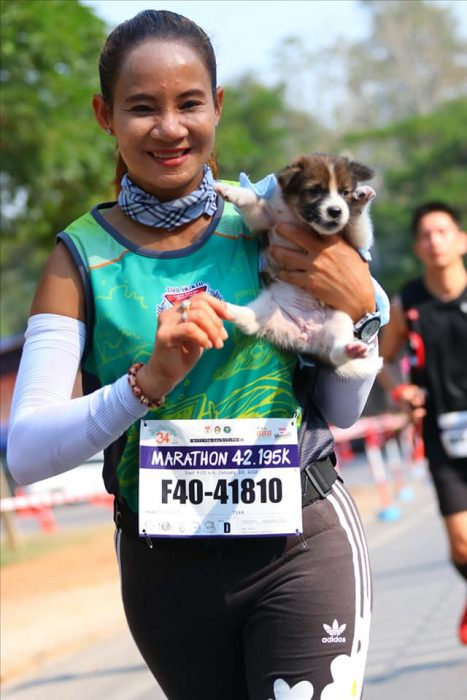 mujer camisa verde y cachorro
