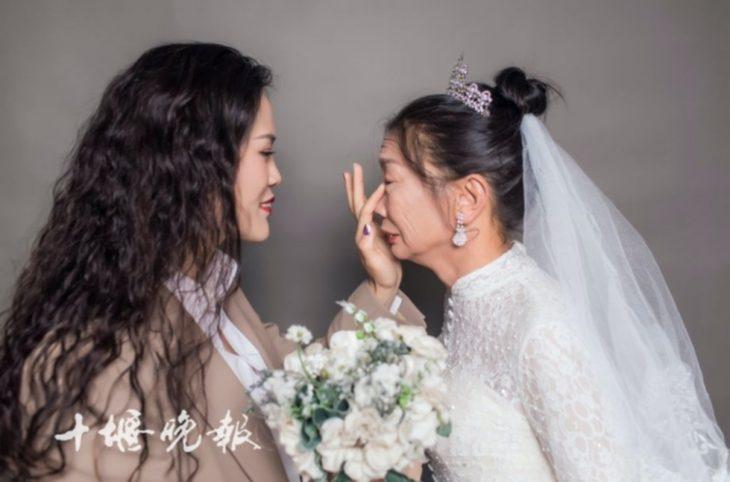 madre e hija llorando