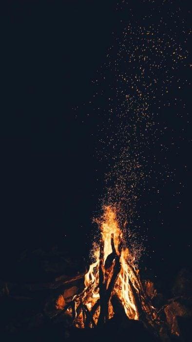 Fogata bajo un cielo estrellado