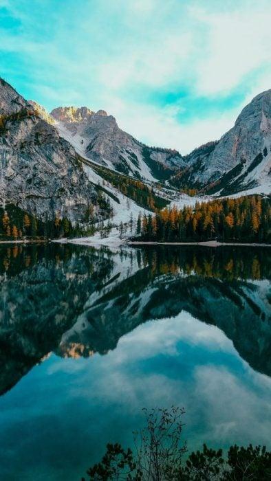 Lago rodeado por montañas