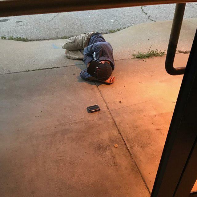 Hombre duerme afuera del refugio para recuperar a su perrita recreoviral