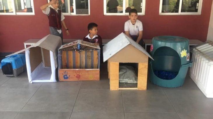 niños con casitas de madera