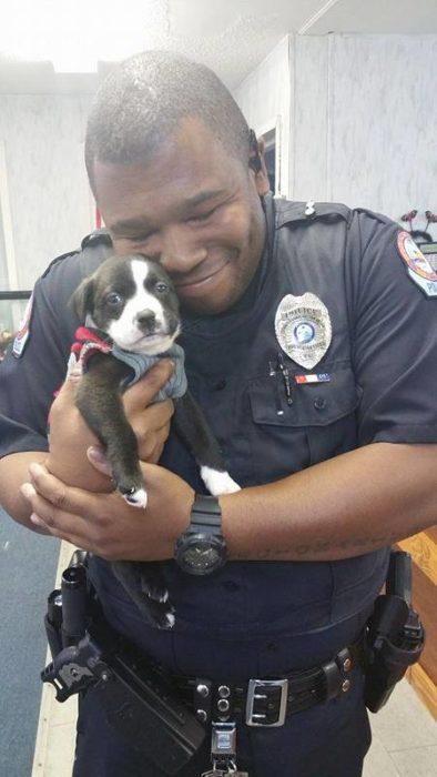 policía y perrito