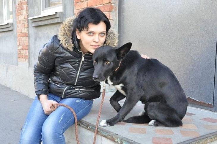 muchacha rusa con perro negro