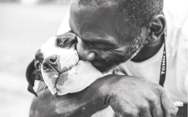 Hombre sin hogar y perrito son mejores amigos