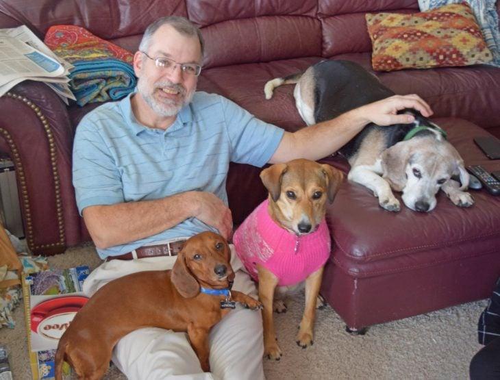 señor y perritos viejitos