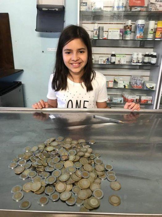 niña con monedas