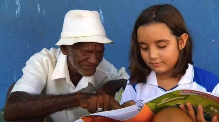 señor y niña leyendo
