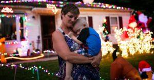 Adelantan la Navidad en septiembre para un pequeño con cáncer terminal