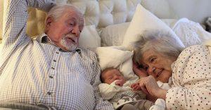 Los abuelos que cuidan a sus nietos viven más tiempo, la ciencia lo confirma
