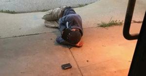 """Encuentran a hombre dormido afuera de un refugio; """"solo quiero recuperar a mi perrita"""""""